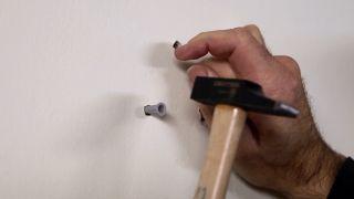 Cómo colocar un porta-perchas plegable