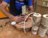 Lámpara con troncos y ramas de madera