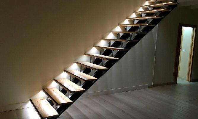 Pelda os de madera para escalera bricoman a for Como hacer una escalera caracol metalica