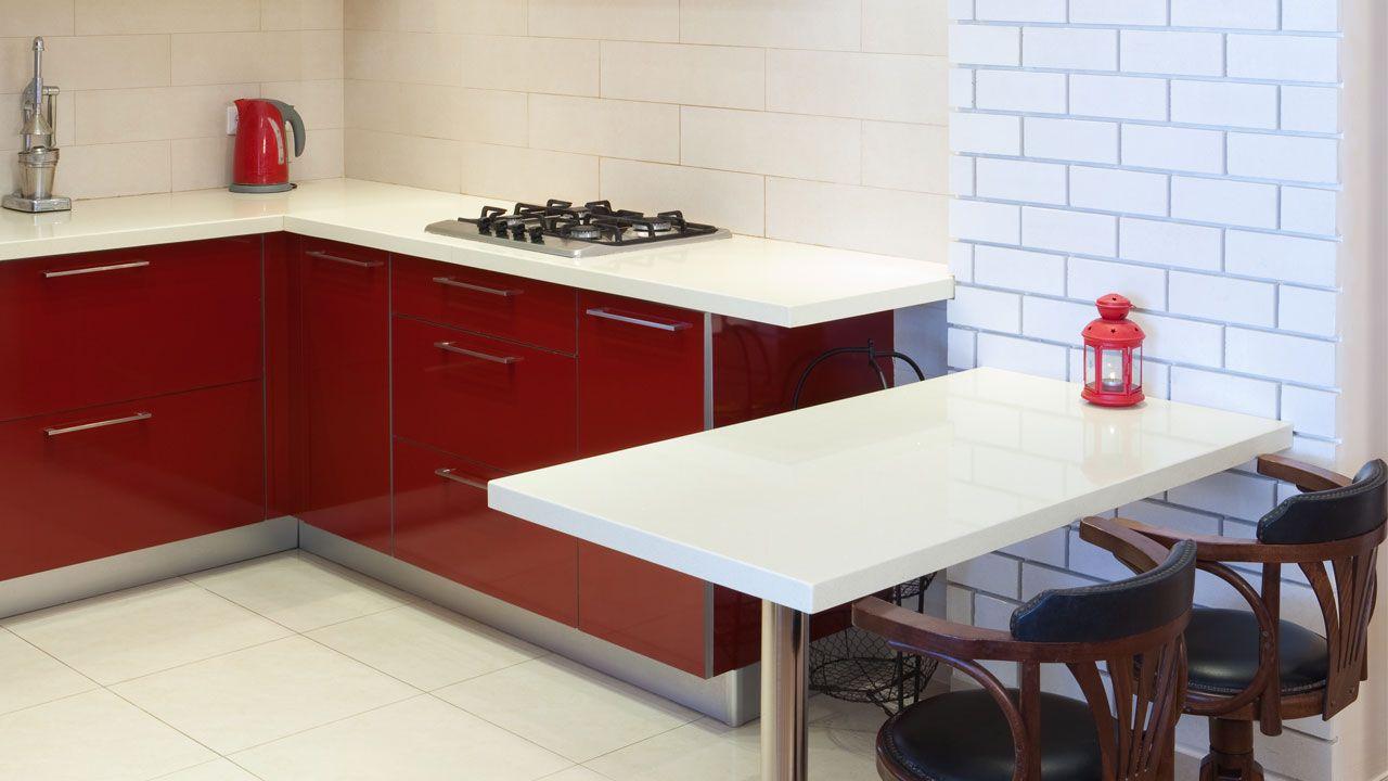 Cocina luminosa blanca y roja abierta al sal n hogarmania for Cocina blanca encimera roja