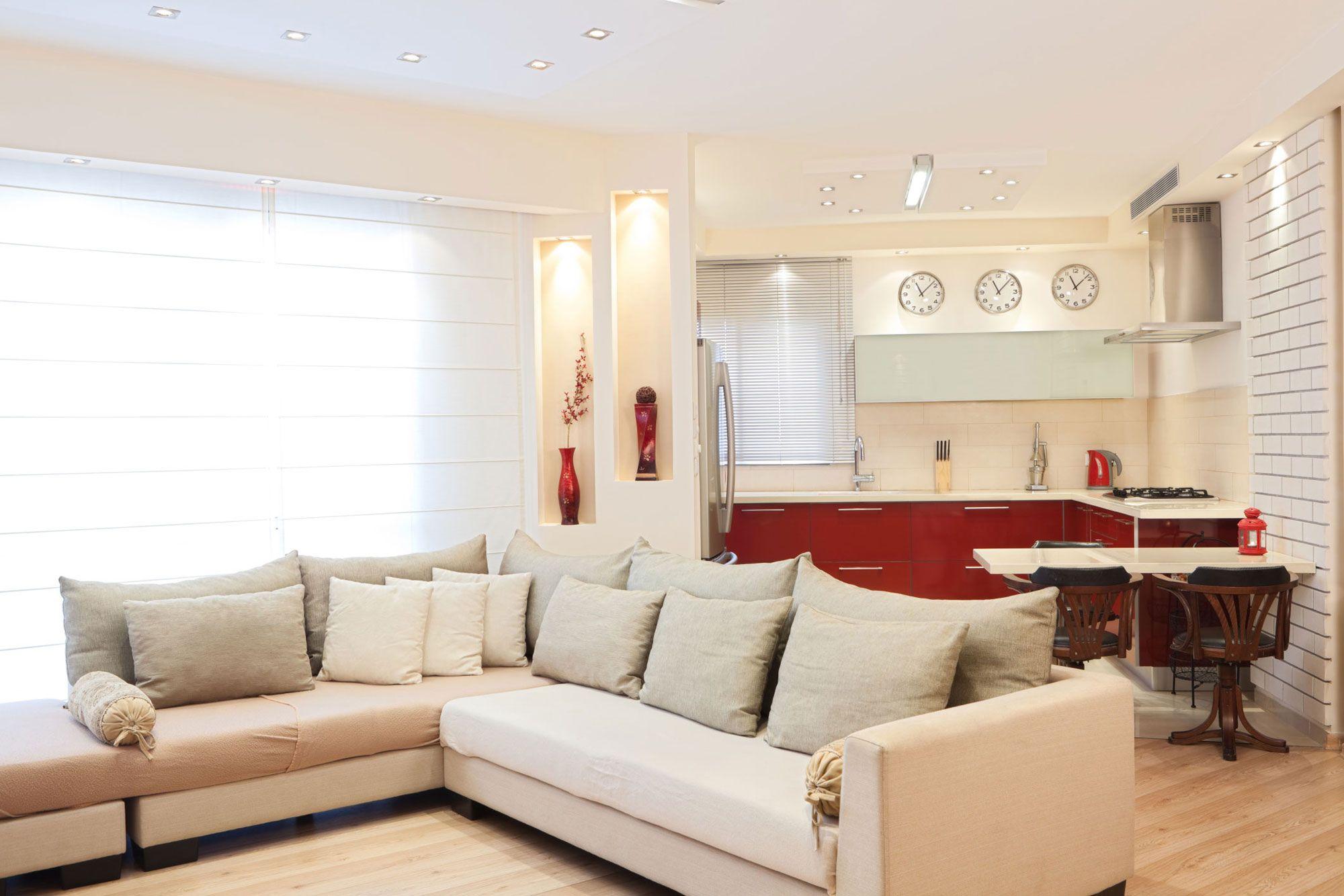 Cocina luminosa blanca y roja abierta al salón
