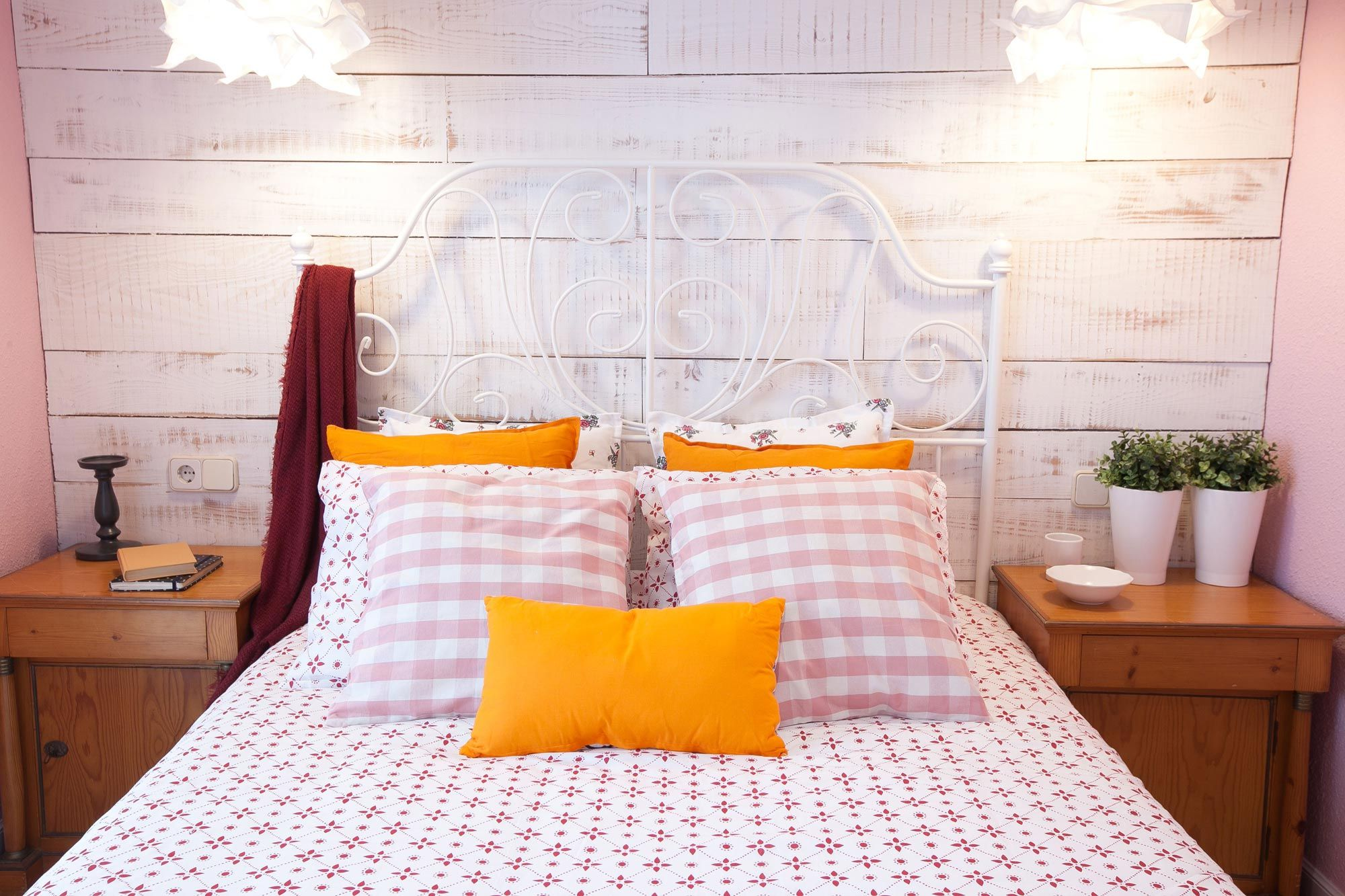 Dormitorio romántico en rosa y blanco