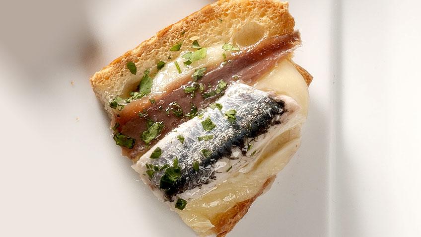 Pintxo de anchoas con queso brie