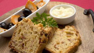 Pan de jamón, piñones y tomate seco