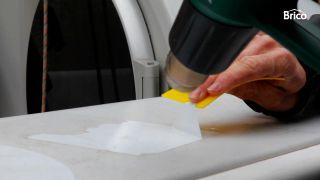 Cómo quitar pegativas, adhesivos o vinilos con calor