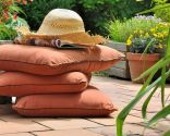 decorar balcón suelo cojines