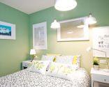 Dormitorio romántico en verde y gris