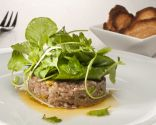 Steak tartare con ensalada de perejil