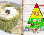 Huevo con espárragos y guisantes, para combatir el estreñimiento y la retención de líquidos