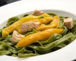 Pasta verde picante con salmón