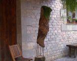 Escultura vertical de jardín con rhipsalis