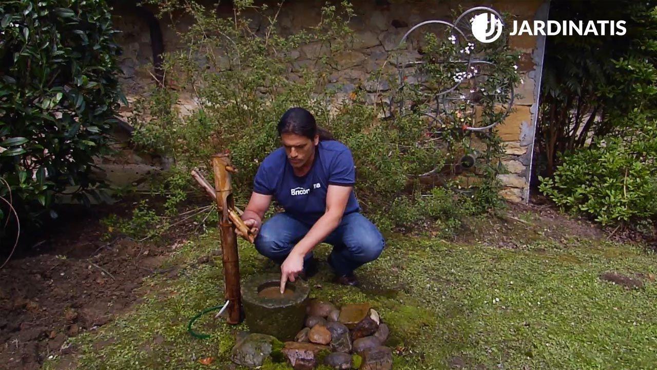 Fuente japonesa de bambú en el jardín