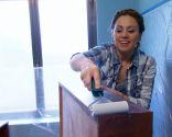 Decoración de baño luminoso en madera y tonos azules
