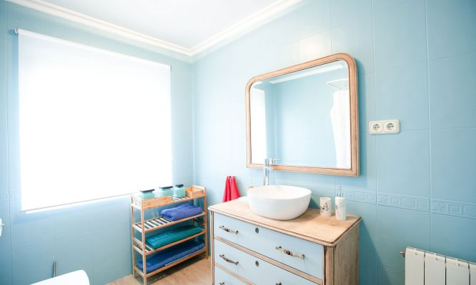 Decoracion De Baños Azules:Decoración de baño luminoso en madera y tonos azules – Decogarden