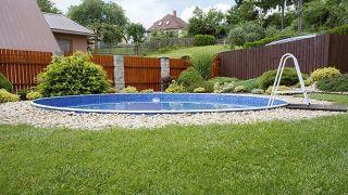 Consejos para decorar jardines con piscina - Limpieza