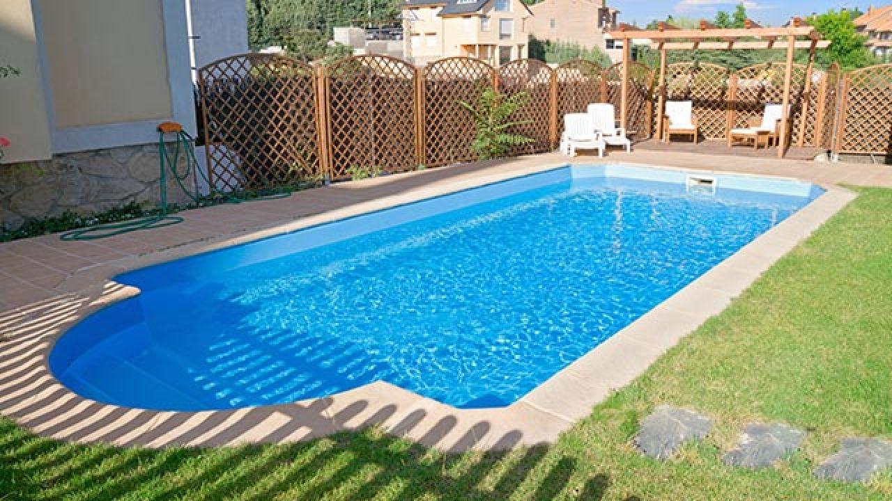 Consejos para decorar jardines con piscina detalles for Piscinas en altura