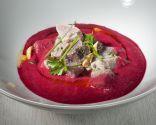 Sopa fría de remolacha con atún marinado