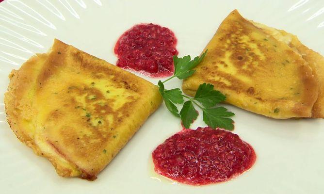 Crepes de jamón y queso con salsa de frambuesas