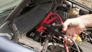 Cargar la betería del coche