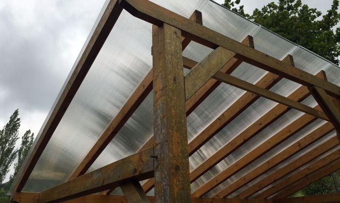 Instalar una cubierta de policarbonato celular bricoman a - Como instalar un techo de policarbonato ...