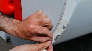 Cómo reparar golpe en embarcación