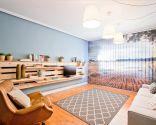 Salón sencillo y natural con mueble de palets