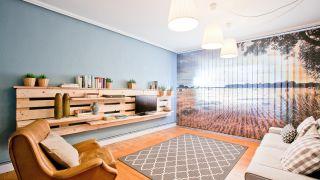 Salón sencillo y natural con mueble de palés
