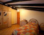 dormitorio pareja joven blanco y azul antes