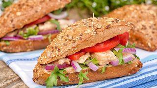 Bocadillo de atún, tomate y cebolla
