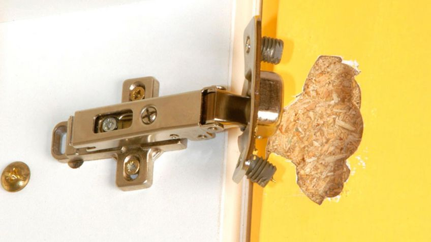 Arreglar la bisagra de los muebles de la cocina bricoman a for Como arreglar una puerta de madera
