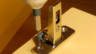 Arreglar la bisagra de los muebles de la cocina