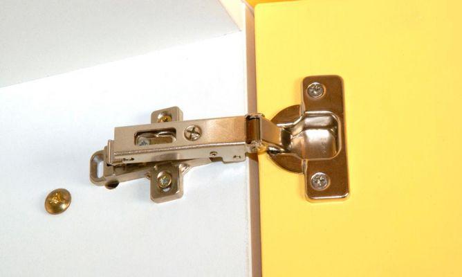 Arreglar la bisagra de los muebles de la cocina bricoman a for Muebles bricomania