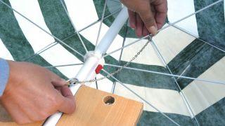 Colocar un pasador en una sombrilla averiada