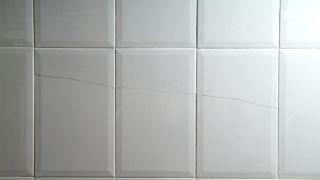 Arreglar fisura en pared alicatada