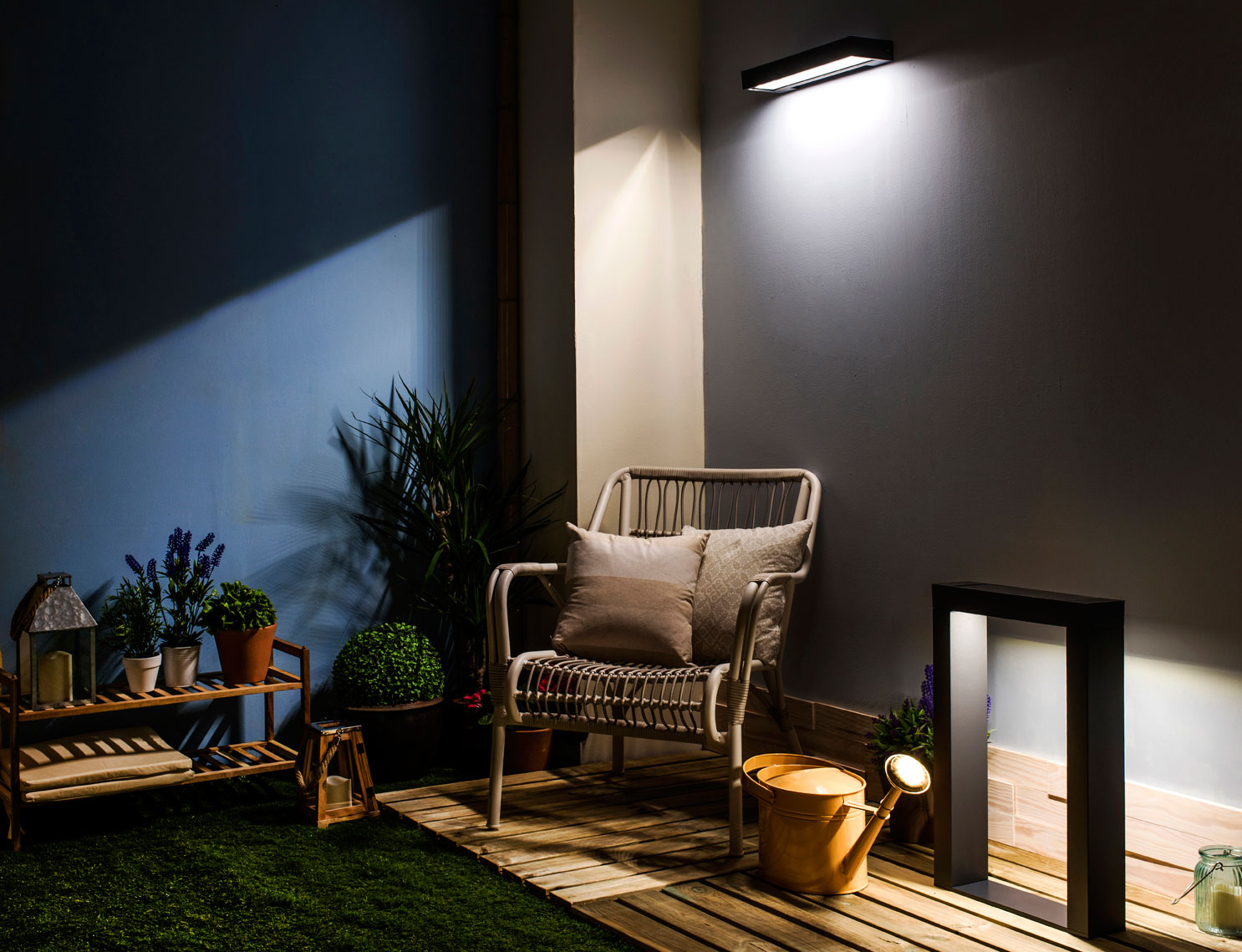 C mo elegir l mparas solares para iluminar el exterior for Apliques iluminacion exterior pared