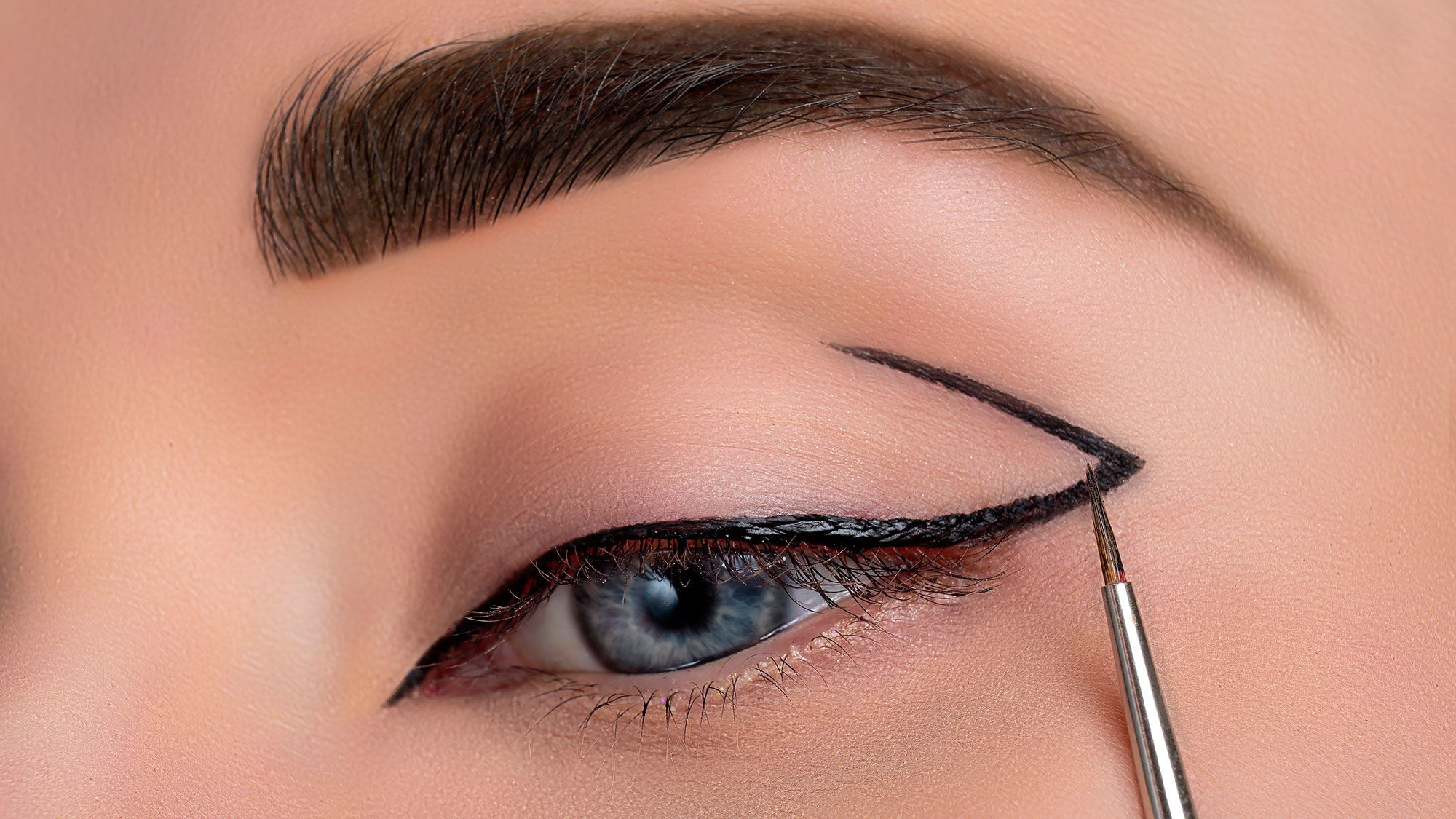 Maquillaje de ojos ahumado en negro y plata - Hogarmania