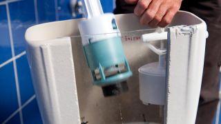 Cómo sustituir el sistema de la cisterna y ahorrar agua