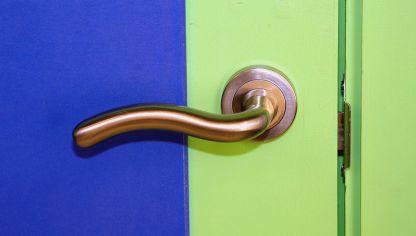 Arreglar la manilla de una puerta bricoman a - Como cambiar las puertas de casa ...
