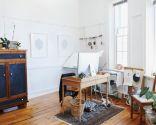Estudio sencillo y luminoso con muebles de madera