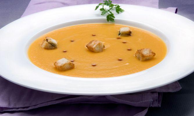 Crema de zanahoria con costrones de pan y pipas