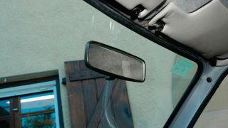 Cómo pegar el espejo retrovisor interior del coche