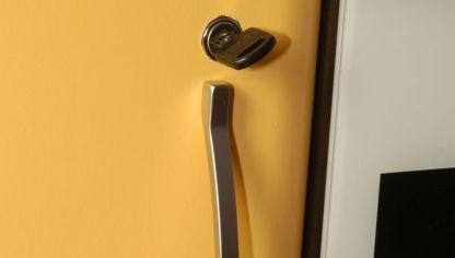 C mo colocar un cierre de seguridad en un armario bricoman a for Bricomania puerta corredera