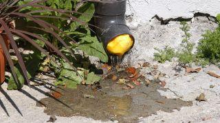 Desatascar un desagüe o canalón