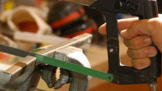 Diferentes herramientas para cortar metal