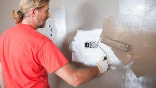 Colocar una pantalla plana ocultando los cables en la pared