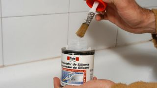 Eliminar y cambiar la silicona de una bañera