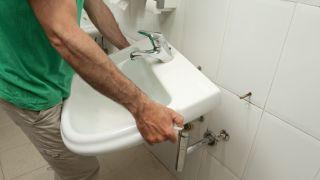Reforzar la sujeción del lavabo