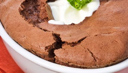 Brownie de chocolate con crema fresca