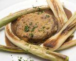 Hamburguesa en salsa con cebolletas y puerros
