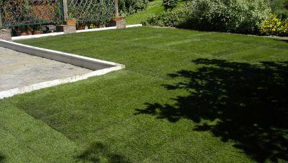 Instalar c sped artificial bricoman a for Como hacer un jardin en una terraza